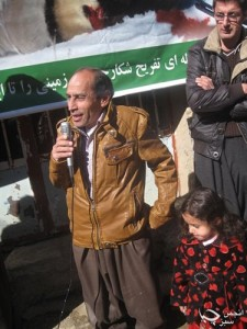 احمد عزیز و دخترش در روز شکستن تفنگ