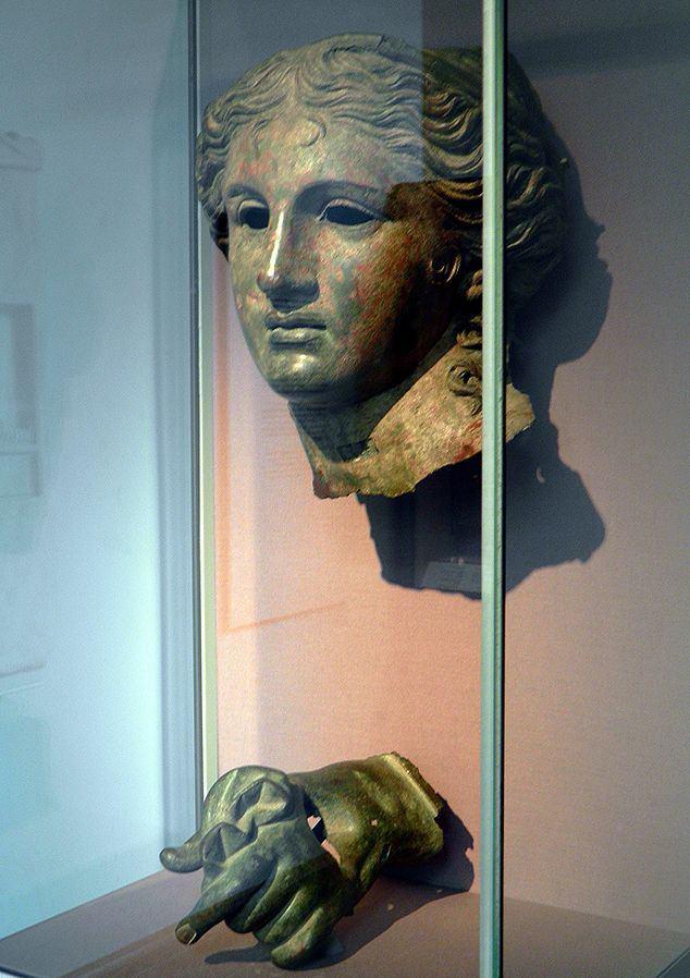 سردیس آناهیتا و دست چپ او - تاریخ ساخت حدود 400قبل از میلاد - بریتیش میوزیوم