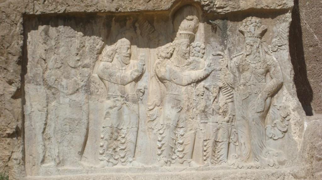 تاجگذاری نرسه پادشاه ساسانی و گرفتن حلقه قدرت از آناهیتا – نقش رستم تاج بخشی آناهیتا ایزدبانوی آبها به پادشاهان